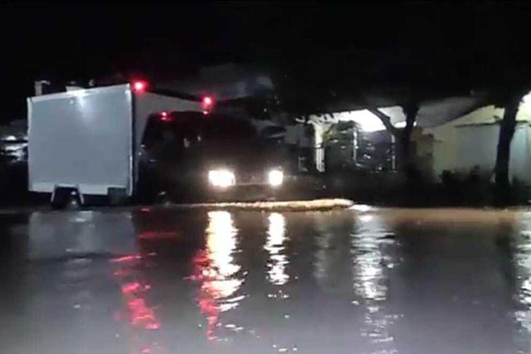 TERGENANG—Salah satu ruas jalan di wilayah Desa Kedungmaron, Kecamatan Pilangkenceng, Kabupaten Madiun tergenang air setelah hujan deras melanda, Minggu (7/3/2021)