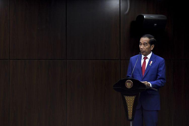Presiden Joko Widodo menyampaikan sambutan saat sidang pleno penyampaian laporan tahun 2019 MK di Gedung MK, Jakarta, Selasa (28/1/2020). Sejak berdiri pada tahun 2003 hingga Desember 2019 MK telah menerima sebanyak 3.005 perkara. ANTARA FOTO/Hafidz Mubarak A/aww.