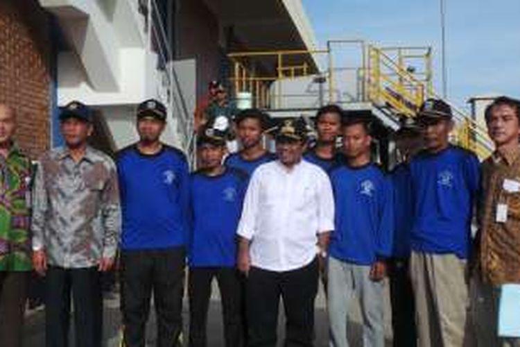 Plt Gubernur DKI Jakarta Sumarsono (pakai kemeja putih) saat berfoto bersama pekerja harian lepas (PHL) Dinas Tata Air DKI Jakarta atau yang biasa disebut