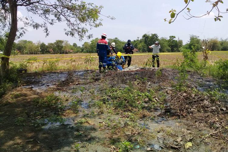 Petugas PT Pertamina saat meninjau semburan gas liar di Blok Cilumbu, Desa Padegangan, Kecamatan Tukdana, Kabupaten Indramayu, Jawa Barat.
