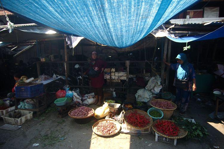 Sejumlah pedagang menunggu pembeli di lapaknya Pasar Pagi, Tegal, Jawa Tengah, Sabtu (3/7/2021). Menurut Surat Edaran (SE) Wali Kota Tegal Dedy Yon Supriyono dalam mendukung pemerintah dengan menerapkan PPKM Darurat pada 3 - 20 Juli mendatang, untuk pasar tradisional toko sembako dan supermarket tetap beroperasi dengan batas waktu hingga pukul 20.00 WIB dengan kapasitas pengunjung 50 persen. ANTARA FOTO/Oky Lukmansyah/hp.