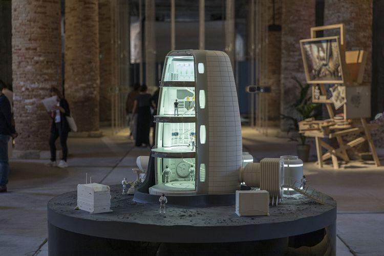 Instalasi desa masa depan di bulan yang dirancang oleh firma arsitektur Amerika Serikat, Skidmore, Owings & Merrill (SOM) bekerja sama dengan European Space Agency (ESA). Rancangan ini dipamerkan di Biennale Arsitektur Venesia Internasional ke-17.