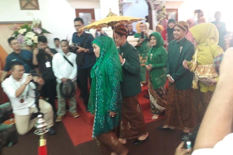 Gubernur Khofifah dalam salah satu prosesi pernikahan putrinya, Kamis (27/6/2019)