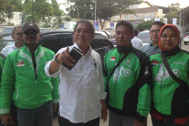 Menteri Komunikasi dan Informatika Rudiantara bersama para mitra driver gojek saat hendak masuk di pabrik Advan, di Kota Semarang, Senin (28/5/2018) sore kemarin.