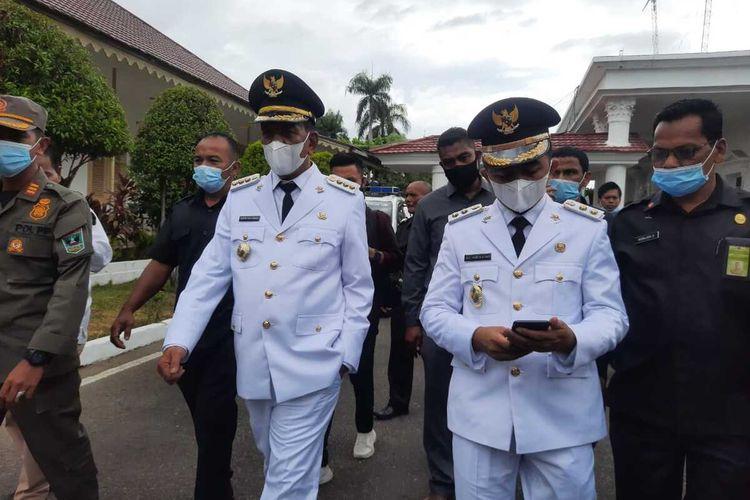 Bupati Pesisir Selatan Rusma Yul Anwar bersama wakilnya Rudi Haryansyah saat berjalan dalam pelantikan, Jumat (26/2/2021)