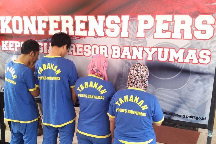 Tersangka dihadirkan dalam ungkap kasus penemuan empat kerangka manusia di Mapolres Banyumas, Purwokerto, Jawa Tengah, Selasa (27/8/2019).