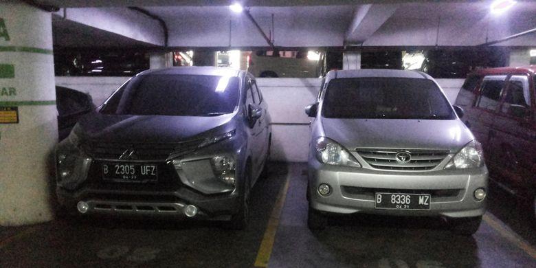 Salah satu Mitsubishi Xpander dan Toyota Avanza yang sedang terpakir di salah satu pusat perbelanjaan di Jakarta.