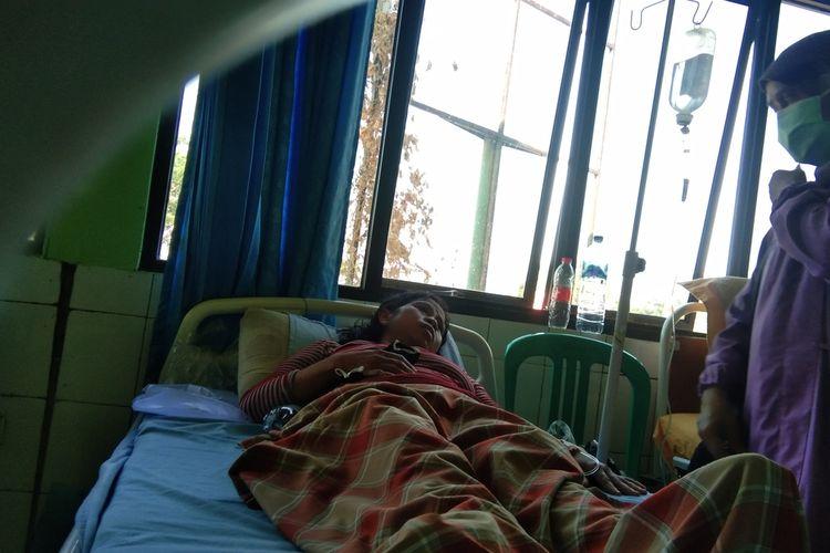 Nurjanah (43), warga Desa Cikampek Utara, Kecamatan Kotabaru, Kabupaten Karawang yang mengalami keracunan tengah menjalani perawatan di Puskesmas Kotabaru, Sabtu (4/9/2021).