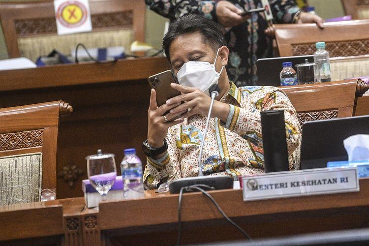 Menteri Kesehatan Budi Gunadi Sadikin melihat ponselnya saat akan mengikuti rapat kerja dengan Komisi IX DPR di Komplek Parlemen, Jakarta, Kamis (8/4/2021). Rapat tersebut membahas mengenai strategi vaksinasi COVID-19 dalam mencapai herd immunity di Indonesia dan penjelasan terkait kesiapan penyediaan vaksin COVID-19 untuk vaksinasi gotong royong beserta regulasinya. ANTARA FOTO/Muhammad Adimaja/rwa.