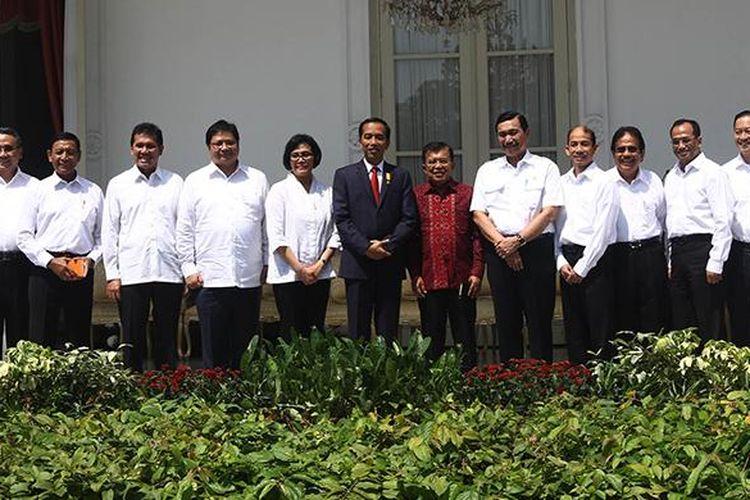 Presiden Joko Widodo didampingi Wapres Jusuf Kalla, Mensesneg Pratikno, dan Menseskab Pramono Anung serta para calon menteri, berfoto bersama usai pengumuman perombakan kabinet atau reshuffle jilid 2, di teras belakang Istana Merdeka, Jakarta, Rabu (27/7/2016). Presiden mengumumkan 12 nama menteri dan Kepala BKPM.