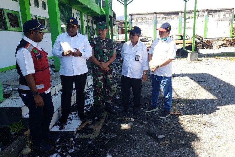 Wamen PUPR John Wempu Wetipo saat menijau bangunan Universitas Yapis Wamena yang menjadi salah satu korban pembakaran dan pengrusakan pada 23 September 2019, Jayawijaya, Papua (05/12/2019)