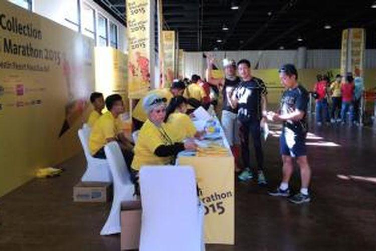 Para peserta BII Maybank Bali Marathon mengambil race pack (perlengkapan lomba) di Hotel Westin, Nusa Dua, Bali, Jumat (28/8/2015).