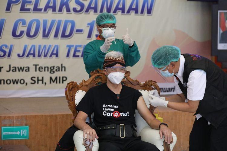 Gubernur Jawa Tengah (Jateng) Ganjar Pranowo saat disuntik vaksin Covid-19 di Rumah Sakit Umum Daerah (RSUD) Tugurejo Semarang, Kamis (14/1/2021).