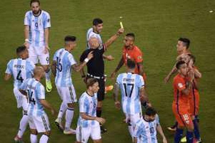 Wasit Brasil, Heber Lopes, royal mengeluarkan kartu pada pertandingan final Copa America 2016 antara Argentina dan Cile, Minggu (26/6/2016).