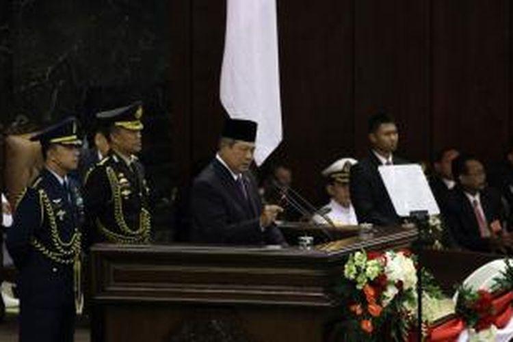 Presiden Susilo Bambang Yudhoyono bersiap menyampaikan pidato kenegaraan dalam sidang bersama DPR dan DPD RI di Gedung Parlemen, Senayan, Jakarta, Jumat (15/8/2014). Pidato kenegaraan tersebut disampaikan dalam rangka menyambut HUT Ke-69 Kemerdekaan Republik Indonesia yang jatuh pada 17 Agustus 2014.