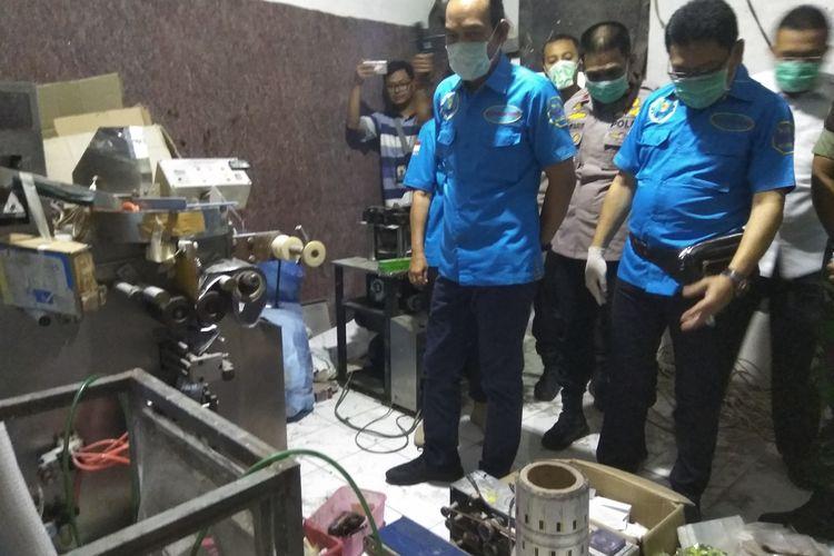 BNN dan Mabes Polri memeriksa lab produksi narkoba jenis pil PCC di Pabrik Narkoba Kecamatan Kawalu, Kota Tasikmalaya, Rabu (27/11/2019).