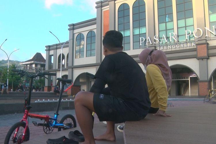 Pesepeda Ngabuburit di kawasan kemegahan pasar Pon Trenggalek Jawa Timur, Jumat (32/04/2021).