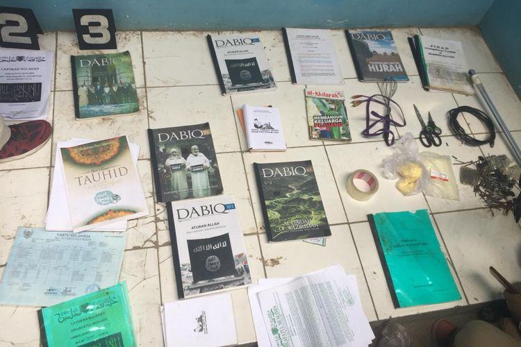 Barang bukti yang diperoleh polisi dari penggeledahan kontrakan terduga teroris di daerah Tambun, Bekasi, Jawa Barat, Minggu (13/10/2019).