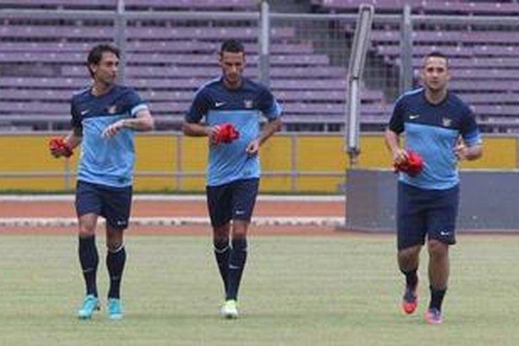 Pemain keturunan Belanda, Tonnie Cussel, Raphael Guillermo Maitimo, dan Jhonny van Beukering (kiri ke kanan) berlatih bersama tim nasional Indonesia di Stadion Utama Gelora Bung Karno, Jakarta, Kamis (8/11/2012).
