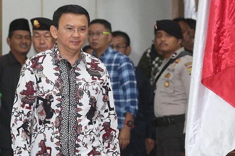 Terdakwa kasus dugaan penodaan agama, Basuki Tjahaja Purnama atau Ahok, memasuki ruang sidang di Auditorium Kementerian Pertanian, Jakarta, Senin (13/2/2017). Dalam sidang lanjutan ke-10 tersebut Jaksa Penuntut Umum rencananya menghadirkan 4 saksi ahli.