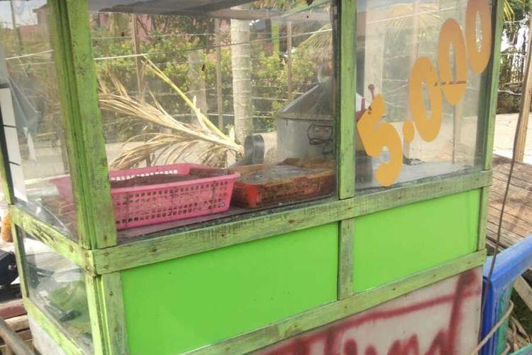 Gerobak sate ayam yang digunakan MH, seorang pedagang sate ayam keliling, warga Gampong Cot Paya, Kabupaten Aceh Besar. MH dilaporkan warga ke polisi karena diduga menjual sate ayam dari olahan daging busuk.
