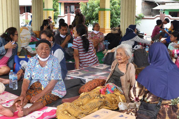 Warga Dusun Kedungbagus, Desa Bandar Kedungmulyo Kabupaten Jombang, Jawa Timur, mengungsi ke Kantor Desa akibat banjir, Sabtu (6/5/2021).