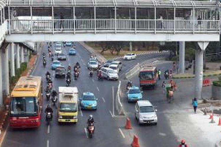 Kendaraan melintas di persimpangan Plaza Semanggi, Jumat (24/7/2015).