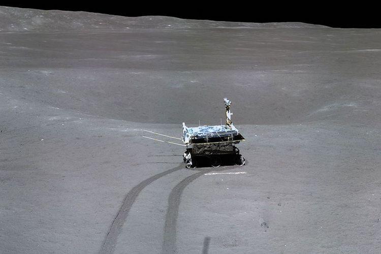 Robot Yutu 2sedang menyelidiki kawah kecil di Bulan