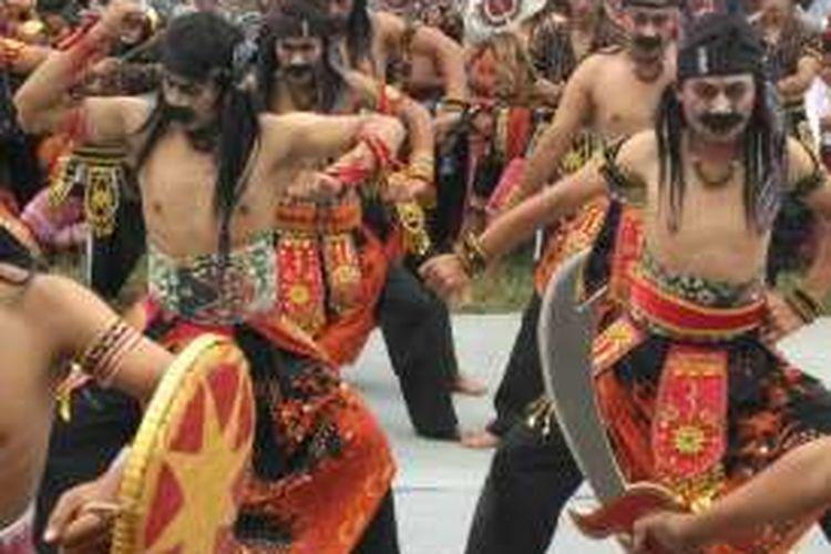 Sebuah tari tradisonal khas lereng Gunung Sindoro yang ditampilkan warga saat peresmian Padepokan Sanggar Joko Lelono, Desa Candiyasan, Kecamatan Kertek, Kabupaten Wonosobo, Jawa Tengah, Senin (3/10/2016).