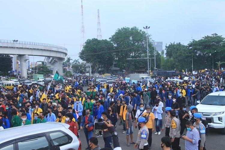 Ribuan massa aksi dari mahasiswa se-Sumatera Selatan memblokade jalan depan gedung DPRD Sumsel lantaran menolakan pengesahan RUU Omnibus Law Cipta Kerja, Rabu (7/10/2020).