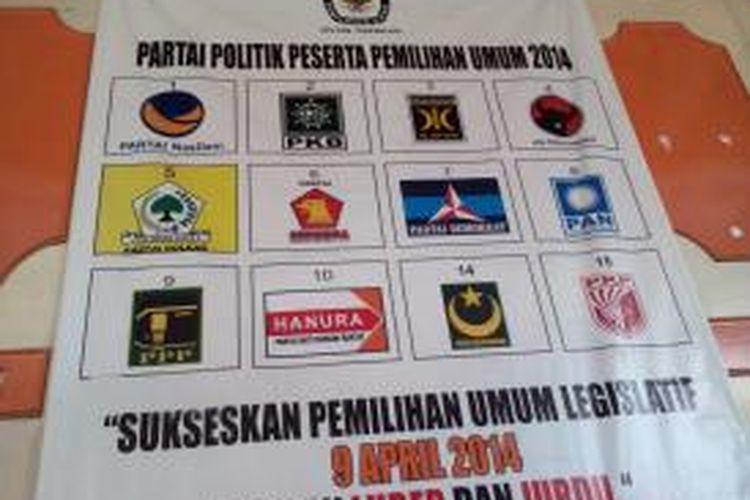 Gambar partai politik peserta Pemilihan Legislatif (Pileg) tahun 2014 dipasangkan di depan Kantor KPU Kabupaten Tasikmalaya, Senin (2/12/2013).
