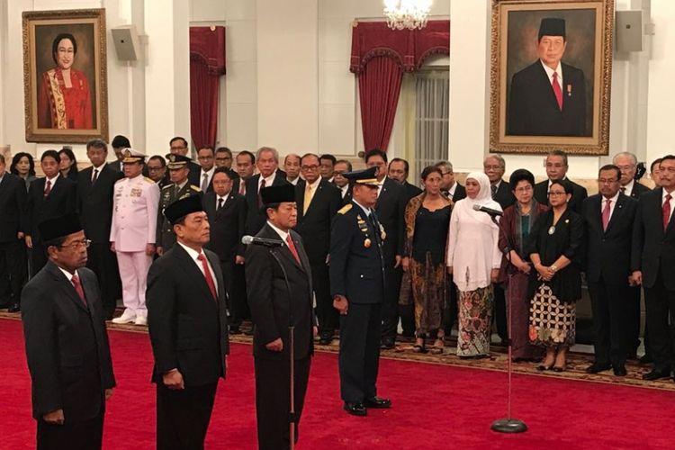 (Dari kiri ke kanan) Idrus Marham, Jenderal TNI (purn) Moeldoko, Agum Gumelar dan Marsekal Madya TNI Yuyu Sutisna saat pelantikan di Istana Negara, Jakarta, Rabu (17/1/2018).