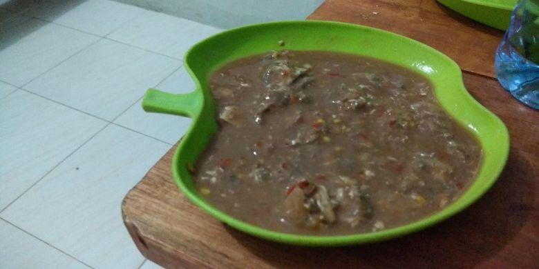 Kuliner khas Bangka, rusip. Rusip adalah kuliner dari ikan bilis yang difermentasi bersama garam, air kerak nasi dan diolah bersama bawang, jeruk kunci, cabai, dan gula.