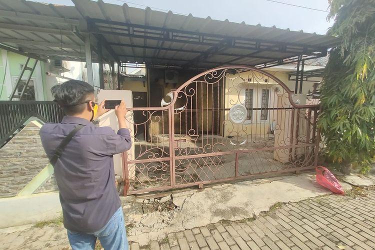 Rumah milik Aznel Mahendra, pegawai PN Tanjung Karang yang terbakar, Rabu (27/5/2020) siang. Rumah Aznel diduga terbakar setelah dilempar bom molotov.