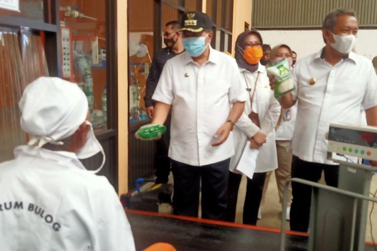 Wali Kota Bandung, Oded M Danial meninjau gudang Bulog Cabang Bandung, Jalan Gedebage Selatan bersama Wakil Wali Kota Bandung, Yana Mulyana, Rabu (7/4/2021).