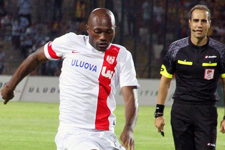 Mantan penyerang Persib Bandung, Christian Bekamenga, saat tampil di Liga Turki bersama Balikesirspor.