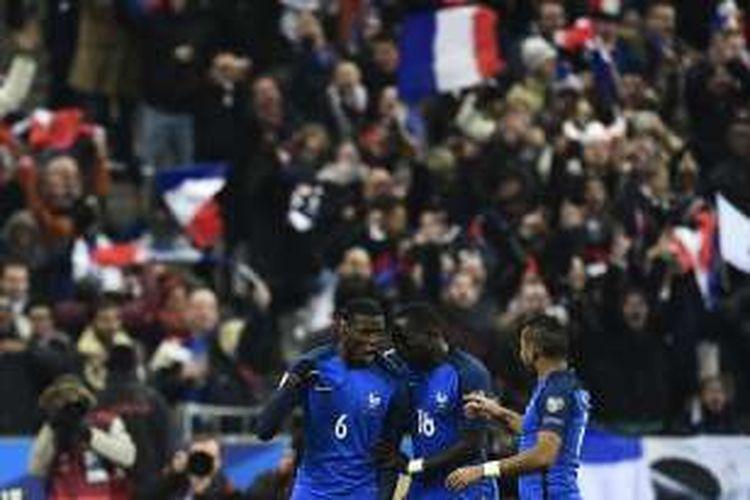 Gelandang Perancis, Paul Pogba (kiri), merayakan golnya seusai membobol gawang Swedia dalam pertandingan lanjutan penyisihan Grup A Kualifikasi Piala Dunia 2018 di Stade de France, Jumat (11/11/2016) atau Sabtu dini hari WIB.