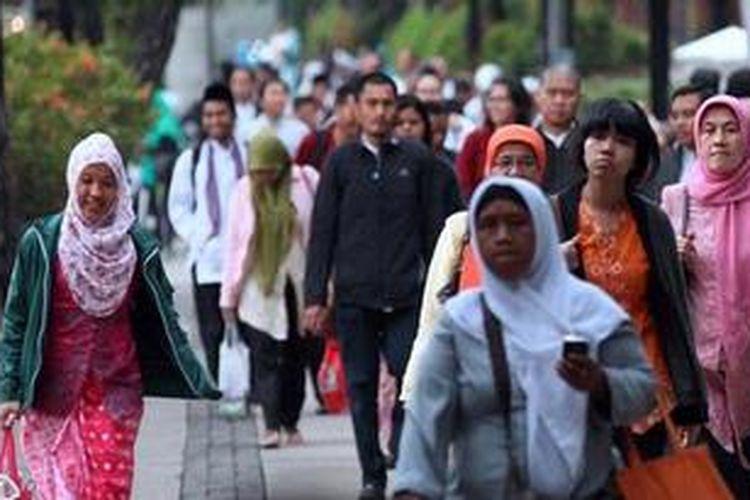 Ilustrasi: Pegawai Negeri Sipil (PNS) di lingkungan Pemprov DKI Jakarta berjalan menuju bus jemputan di Jalan Medan Merdeka Selatan, Jakarta Pusat, Jumat (19/4/2013).