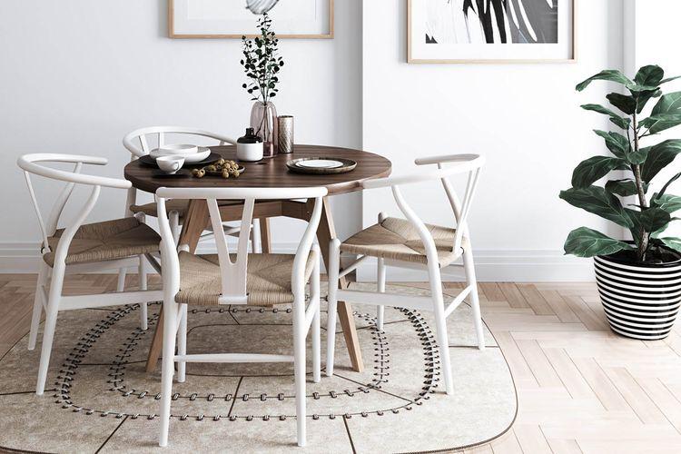 Meja makan bundar dan karpet yang artistik