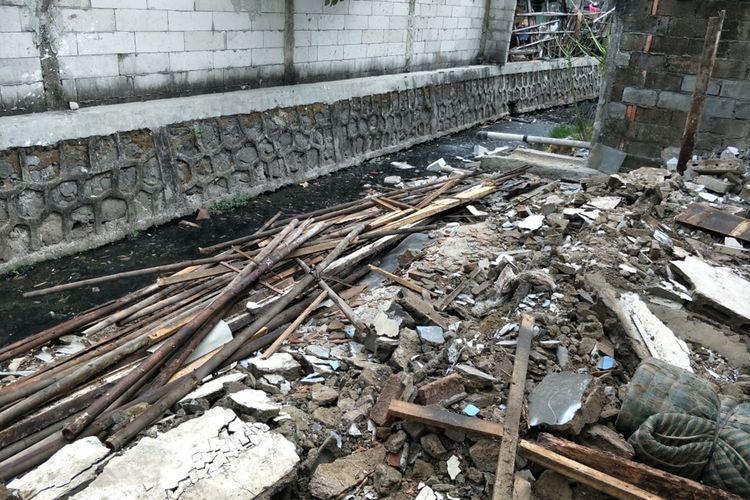 Kelurahan Sukapura menertibkan bangunan liar yang berdiri di aliran kali Gubuk Genteng, Sukapura, Cilincing, Jakarta Utara, Jumat (1/11/2019).