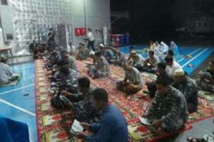 Tim Search and Rescue (SAR) di Kapal Perang Republik Indonesia (KRI) Banda Aceh turut berdoa untuk AirAsia QZ8501 dengan melakukan pembacaan Surat Yasin bersama.