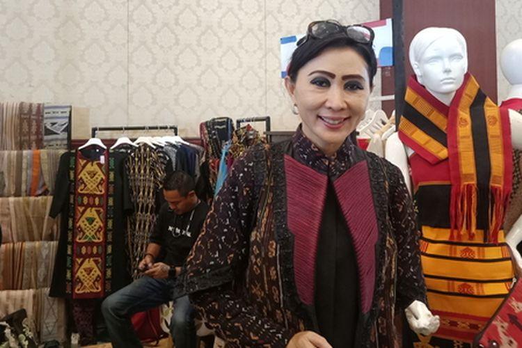 Ketua Dekranasda Provinsi NTT, Julie Sutrisno Laiskodat saat ditemui di gelaran Jakarta Fashion Week 2020 di Senayan City, Jakarta Selatan, Selasa (22/10/2019).