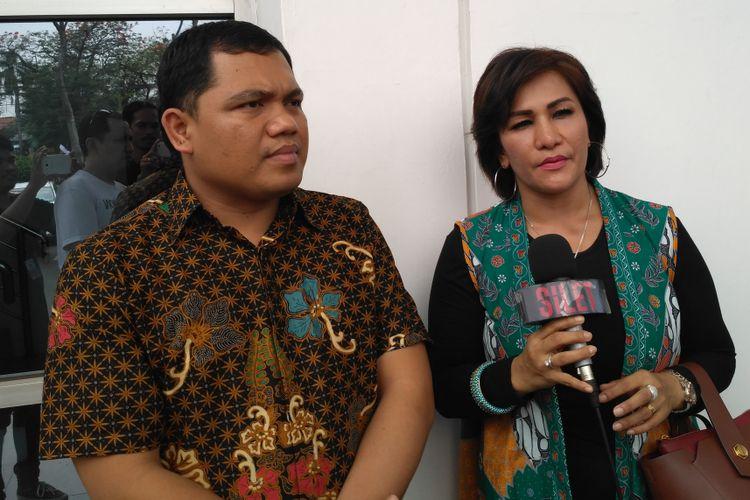 Penyanyi Mega Makcik dari Singapura, didampingi oleh kuasa hukumnya, Gus Bejo,  ditemui di Pengadilan Negeri Jakarta Timur, Penggilingan, Cakung, Rabu (23/10/2018).