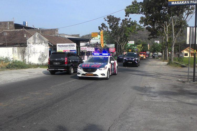 Iringan mobil yang diyakini membawa api Asian Games 2018. Mereka melintas Jalan Piyungan di Desa Bokoharjo, lantas menuju Candi Prambanan pada pukul 15.00.