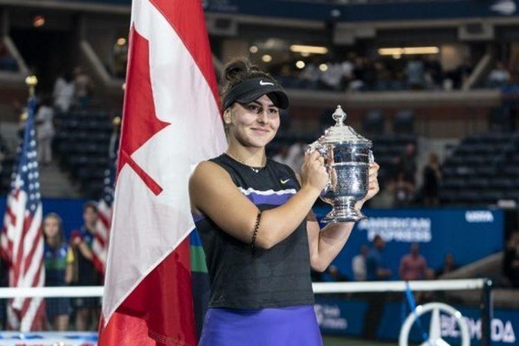 Petenis Canada, Bianca Andrescu, mengangkat trofi US Open 2019 setelah mengalahkan Serena Williams pada laga final, 7 September 2019.