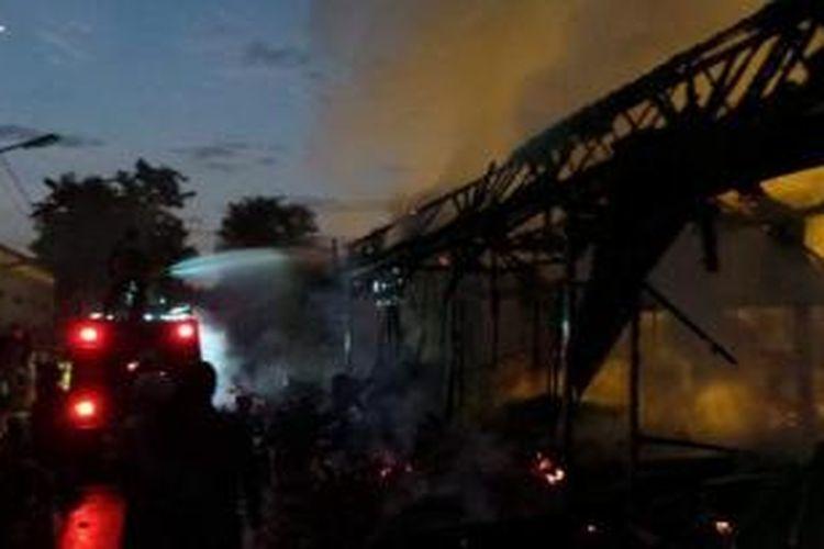 Lima kios di Pasar Burung, Kota Tegal, habis terbakar, Senin (7/10/2013).
