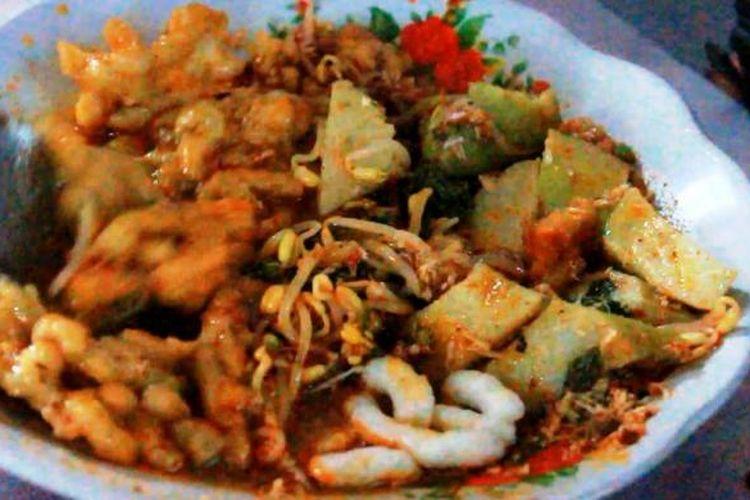 Sebagian Warga Cirebon rela mengantri di depan warung Docang Ibu Kapsah, di Jalan Siliwangi, Kecamatan Kejaksan, Kota Cirebon, Sabtu (41/1/2015). Mereka menunggu santap sarapan makanan Khas Docang yang dapat meningkatkan semangat untuk beraktifitas di pagi hari.