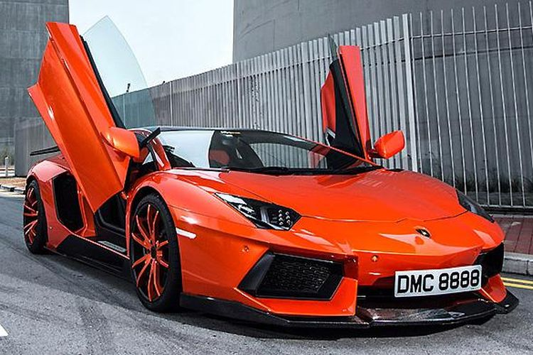 Lamborghini Aventador dengan pelat nomor di depan
