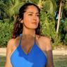 Genap Berusia 55, Salma Hayek Pamer Tubuh Seksi Berbalut Swimsuit