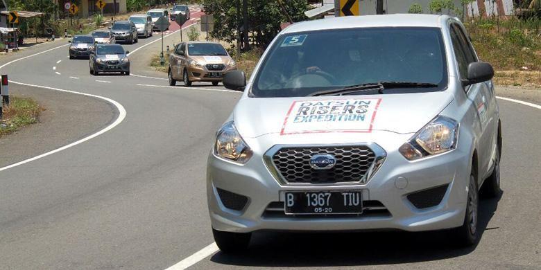 Rombongan Datsun Go  Panca digeber di jalanan Sulawesi.